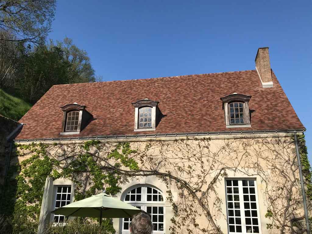 Réalisation terminé d'une toiture en tuile par l'équipe de Couverture de Loire
