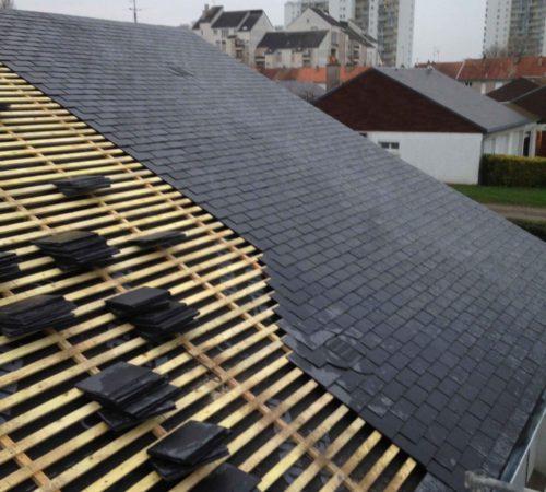 Pose d'ardoise sur une toiture en construction par l'équipe de Corentin Vioux
